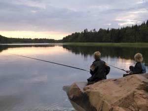 Kinder angeln Friedfische am See in Schweden (Smaland)