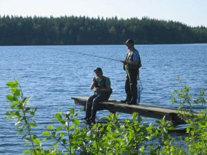 Angeln am Kalvsjön in Schweden: Zwei Petri-Jünger am Steg
