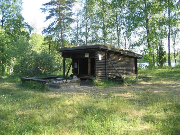 Angeln am Kalvsjön in Schweden: Fischerhütte am Seeufer