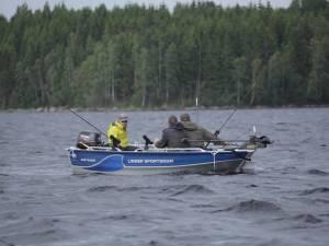 Angler mit Boot auf dem Ruskensee in Smaland (Schweden)