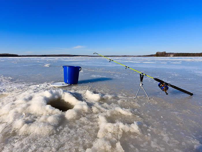 Eis-Angeln in Smaland (Schweden) am Ruskensee im Winter