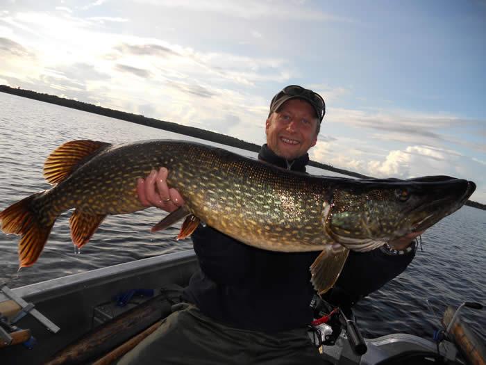 Fischen in Smaland (Schweden) am Ruskensee - Angler mit Hecht