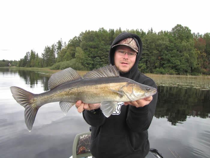 Angeln in Smaland (Schweden) am Ruskensee - Angler mit Zander