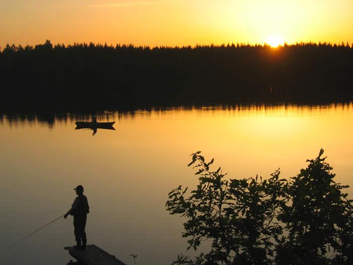 Angeln in der Abenddämmerung am See Skärsjön in Schweden (Smaland)