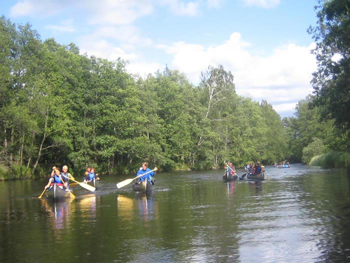 Paddler-Gruppe beim Flusswandern in Smaland (Schweden)