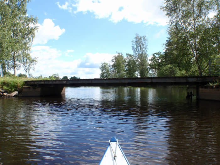 Paddeln in Schweden - Blick über den Bug des Kanus