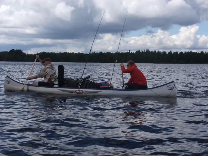 Angler mit Kanu in Schweden (Smaland)