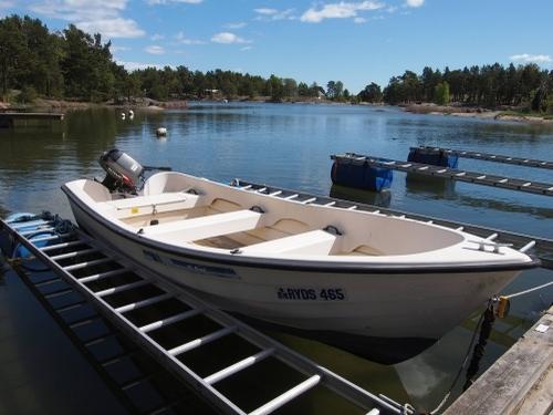 Am Bootsplatz der Ostsee steht ein Rydsboot mit einem 15 PS Motor das gemietet werden kann.