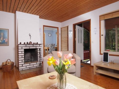 Das Wohnzimmer mit offenem Kaminofen und Duchgang zur Essküche