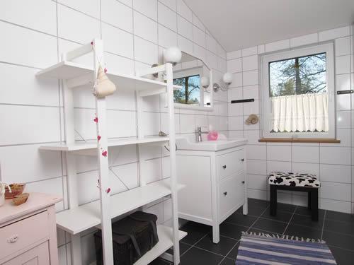 """Schweden - Smaland: Ferienhaus am See - Haus """"Katthult"""" - Ablagemöglichkeiten im Bad"""