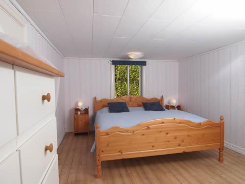 """Schweden - Smaland: Ferienhaus am See - Haus """"Katthult"""" - Schlafzimmer Fensterblick"""