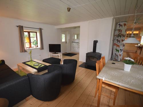 """Schweden Ferienhaus Am See: Haus """"Tegelviken"""": Wohnstube Mit Kamin"""