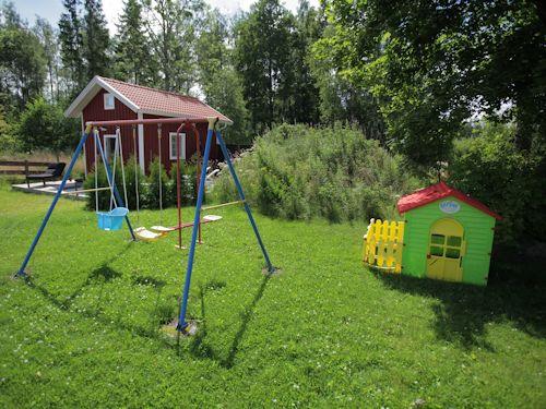 """Schweden - Smaland: Ferienhaus am See - Haus """"Torp Staveryd"""" - Kinderspieplatz"""