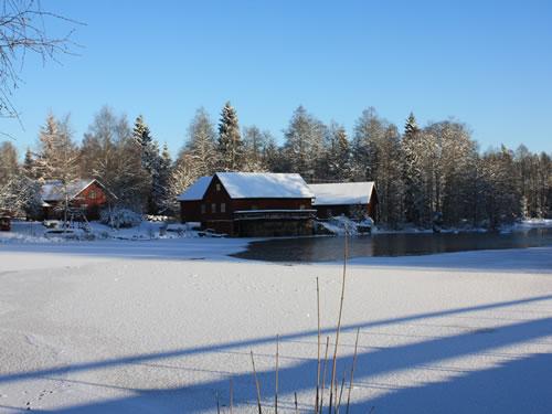 """Das Schweden Ferienhaus """"Troll"""" im Winter: Schnee auf dem See Vrigstadsan"""