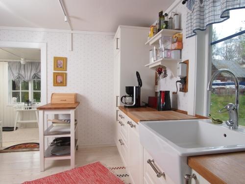 Die Küche im Ferienhaus Troll ist hell und modern eingerichtet.