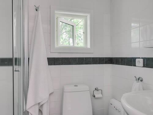 """Schweden - Smaland: Ferienhaus am See - Haus """"Karlsson"""" - das helle Badezimmer"""