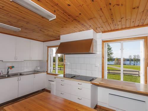 """Schweden - Smaland: Ferienhaus am See - Haus """"Skuggebo"""" - Küche mit Seeblick"""