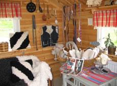 Kunsthandwerk: Lisas Schafsfell-Werkstatt am Ruskensee in Smaland (Schweden): Hofladen
