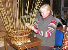 Weidenflechten - Kunsthandwerk in Smaland (Schweden) am Ruskensee