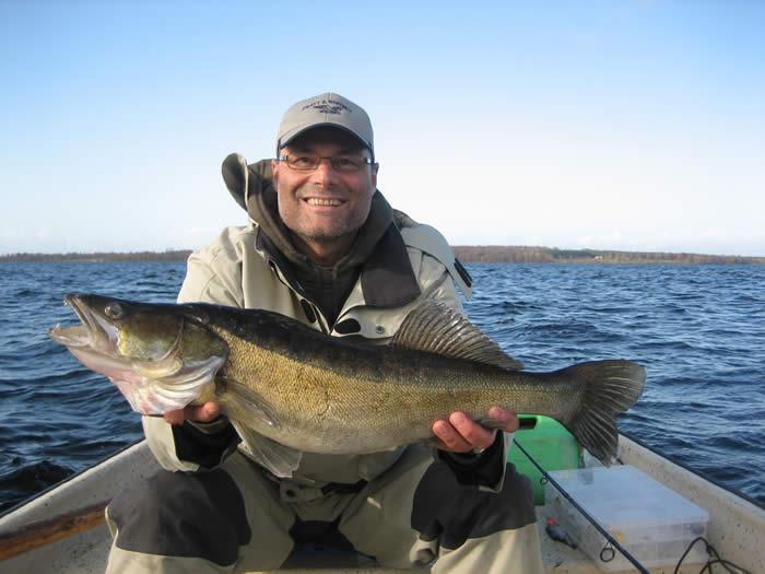 Schweden - Smaland: Angelcamp - Angler mit Fisch