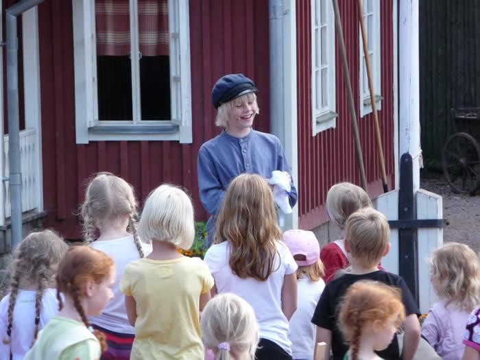 Erlebnispark Astrid Lindgrens Värld in Schweden - Smaland: Michel aus Lönneberga mit Fans