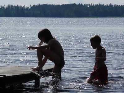 Schweden - Smaland: Kinder baden im See